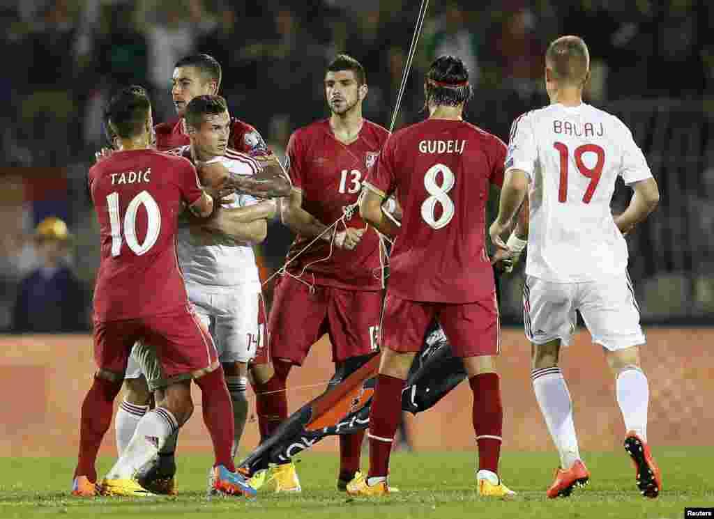 К Митровичу немедленно подошли игроки албанской команды, вслед за которыми на поле оказались представители команд и зрители