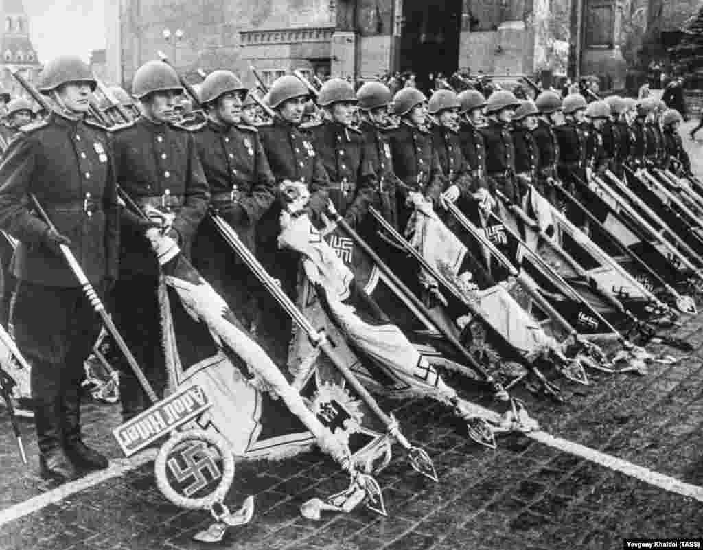 Нацистские флаги на победном Параде Победы на Красной площади. Флаги пронесли по площади и бросили их к ногам Иосифа Сталина, который принимал парад с трибуны мавзолея