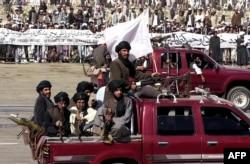 """Боевики движения """"Талибан"""" во время военного парада в честь независимости Афганистана в Кабуле, 2001 год"""