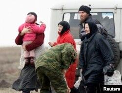 Затворницы и лидер группы Петр Кузнецов в селе Никольское Пензенской области, 2 апреля 2008 года. К этому времени под землей оставались 11 человек. Фото: Reuters