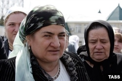 Мать президента Чечни Аймани Кадырова после церемонии инаугурации в Гудермесе, 2007 год
