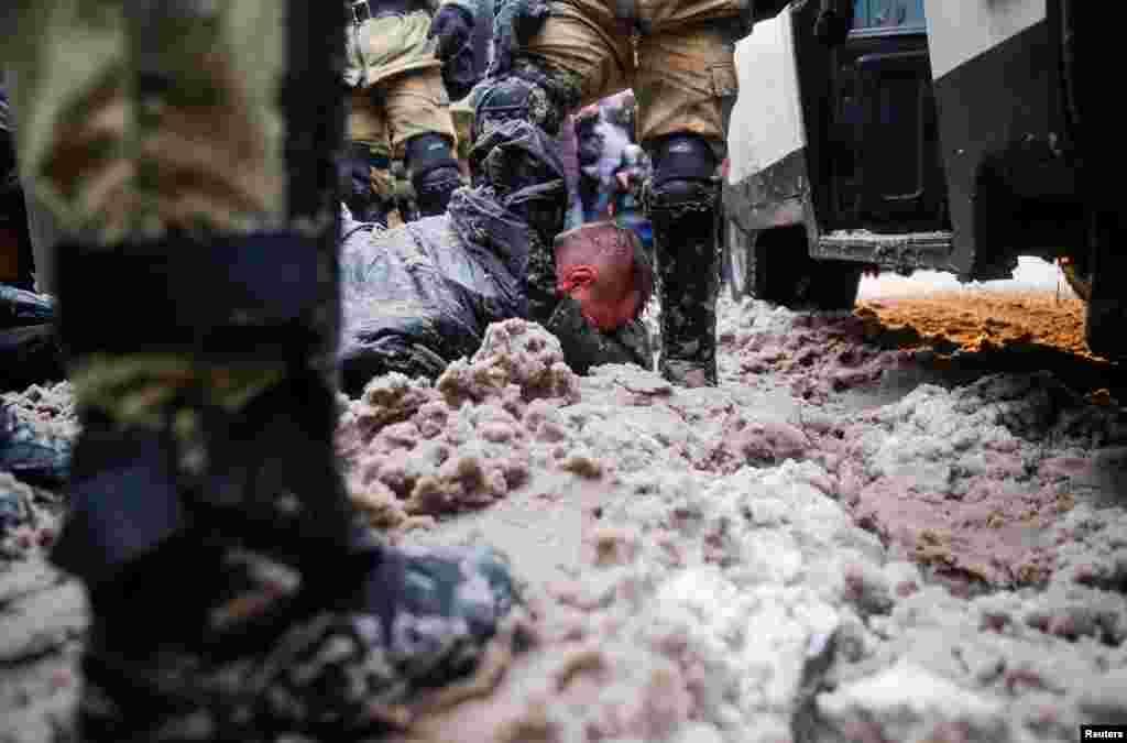 В Москве и Санкт-Петербурге силовики часто валили задержанных в мокрый и грязный снег, били их дубинками и электрошокерами