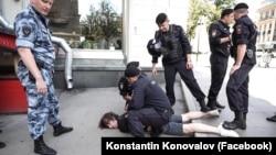 Момент задержания Константина Коновалова в центре Москвы, 27 июля 2019 года