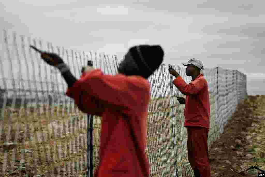 Многие страны борются с бедностью по-разному. Власти ЮАР, к примеру, поставили почти двухметровый забор на границе с Зимбабве, где официальный уровень безработицы 95%. Зимбабвийцы пытаются нелегально попасть в Южную Африку и Ботсвану, которая и восе отгородилась элекрифицированным забором