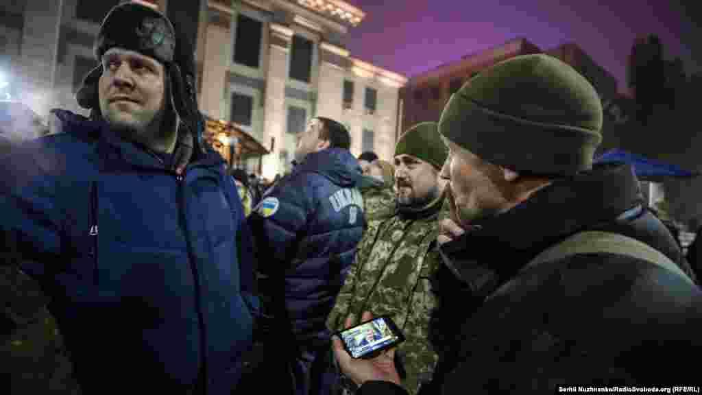 Ближе к вечеру 25 ноября активисты начали сходиться к зданию российского посольства в Киеве на стихийный протест