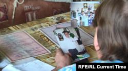 Надежда Попова показывает фотографии своего мужа