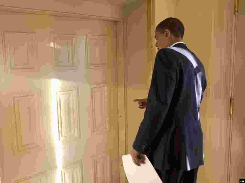Барак Обама готовится войти в Овальный кабинет в Белом доме 21 января 2009 года. На второй день пребывания в должности президент США подписал приказ о расформировании военной тюрьмы для террористов Гуантанамо на Кубе и о том, что она должна была закрыться в течение года. Суды над заключенными в Гуантанамо были приостановлены на 120 дней. Но решение президента не было исполнено, тюрьма продолжает функционировать.
