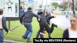 Неизвестные в гражданской одежде, вооруженные дубинками и одетые в бронежилеты, нападают на человека в центре Минска, 6 сентября 2020 года