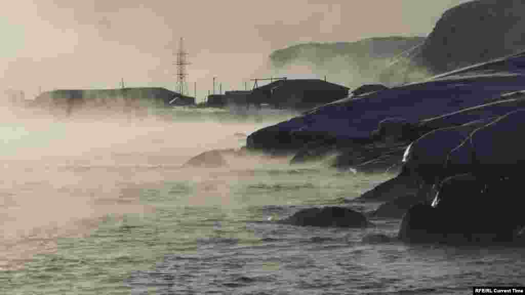 На берегу можно увидеть лишь деревянные скелеты кораблей