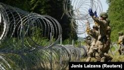 Военные сооружают заграждения на белорусско-литовской границе