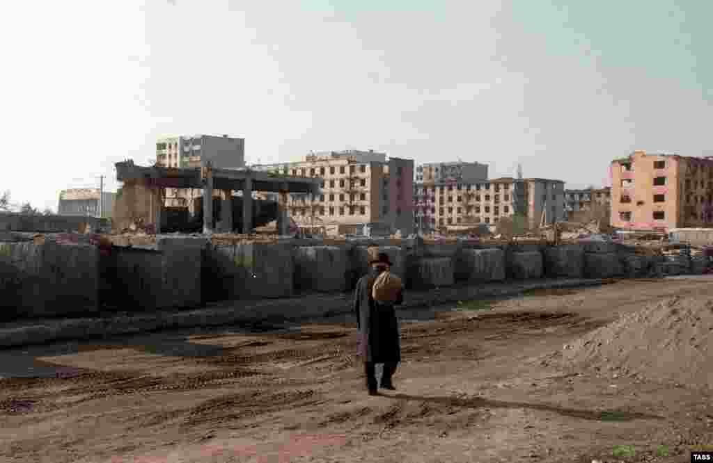 В мирном соглашении было написано, что статус Чечни будет установлен в 2001 году. Но мир с Россией был лишь временным. Через два года после того, как была сделана эта фотография, началась вторая война, приведшая к возвращению Чечни под российский контроль. На фото – разрушенный Грозный в 1997 году