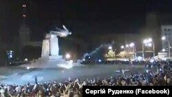 В Харькове митингующие снесли памятник Ленину (28 сентября 2014 года)