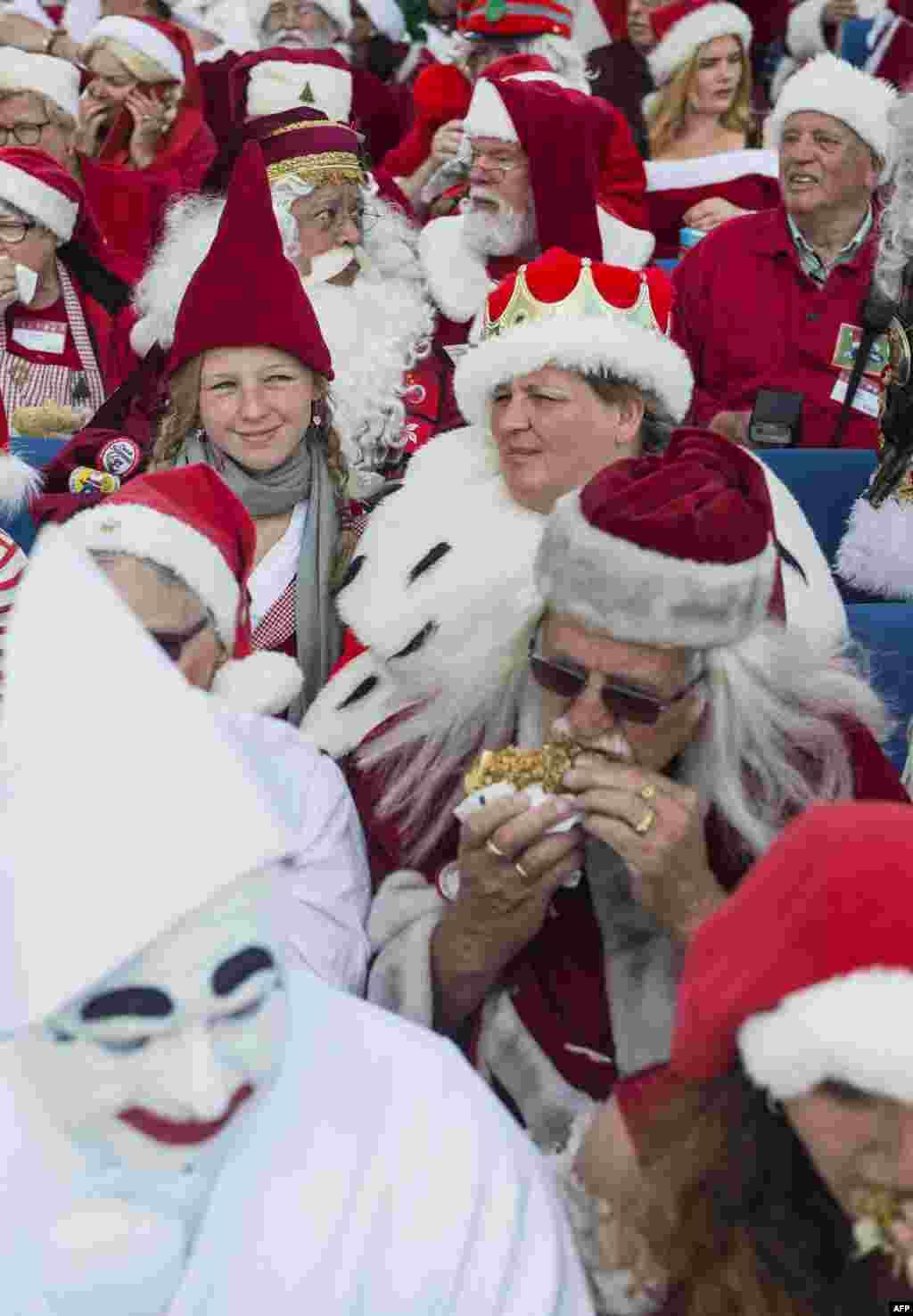 Один из участников считает, что Санта Клаусам нужно меньше кушать печенья потому, что они уже с трудом пролезают в дымоходы