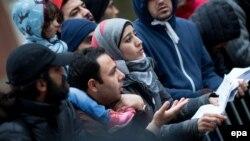 Группа беженцев возле Министерства здравоохранения и социальных отношений в Берлине. Декабрь 2015
