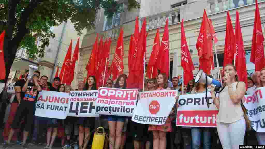 Сразу после окончания первого протеста перед зданием НАРЕ собралась большая группа активистов социально-демократического движения Молдовы