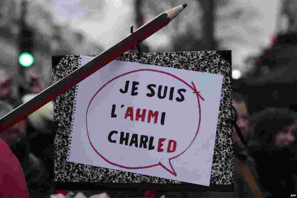 """Плакат, на котором в лозунг """"Я - Шарли"""" вплетено имя погибшего полицейского Ахмеда Мераб"""