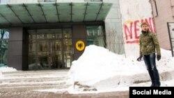 8 февраля нардеп от Блока Петра Порошенко в знак протеста против высказываний посла Германии о выборах в Донбассе разрисовал фрагмент Берлинской стены, который находится у посольства Германии в Киеве