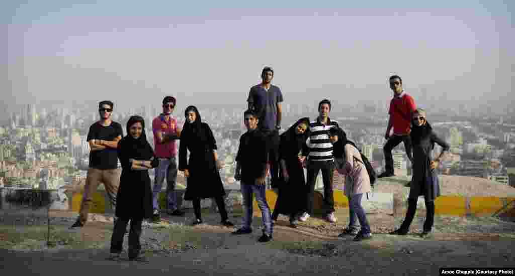 Группа подростков на холме в Тегеране. Фотограф Эймос Чаппл говорит, что многие молодые иранцы испытывают стыд за свою страну и ее имидж заграницей