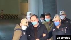 Задержанных журналистов ведут в суд. Источник: видео Hürriyet
