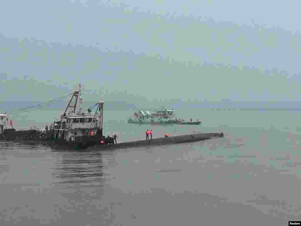 """Глубина реки в месте, где затонула """"Звезда Востока"""", составляет всего 15 метров. Однако спасательные работы затруднены из-за сильного ветра и дождя"""