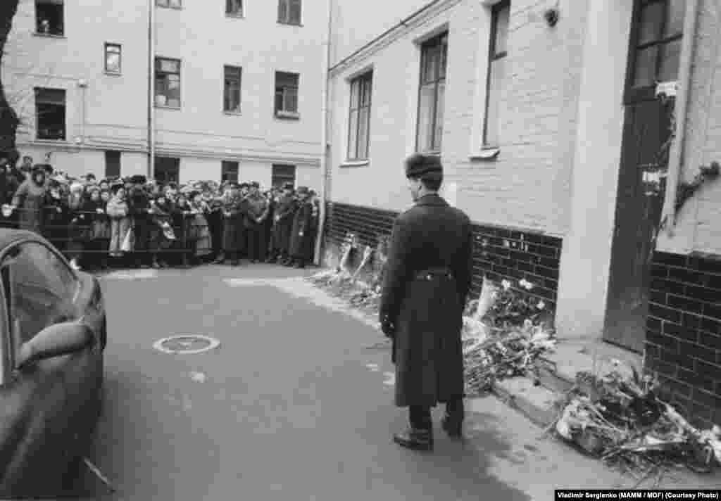 У подъезда дома на Новокузнецкой улице, в котором накануне был убит Владислав Листьев. 2 марта 1995 года. Фото: Владимир Сергиенко (МАММ / МДФ)