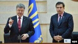 Михаил Саакашвили и президент Украины Петр Порошенко на церемонии назначения Саакашвили губернатором Одесской области