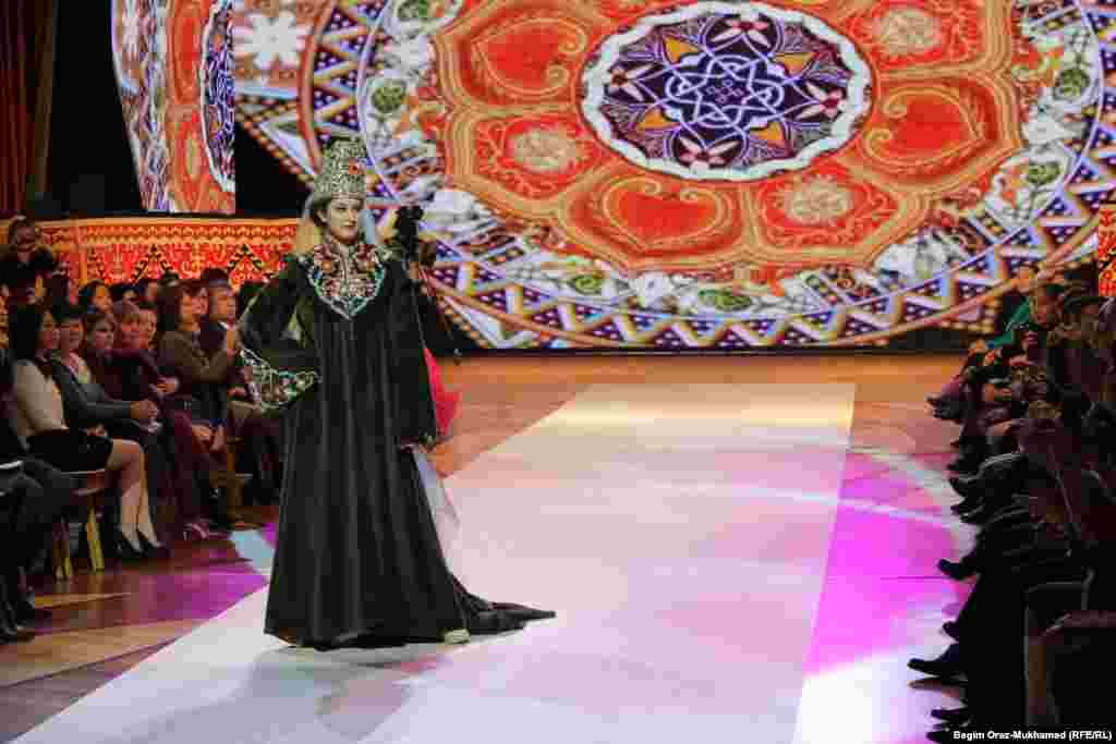 Показ турецкой одежды на сцене фестиваля моды в Астане.