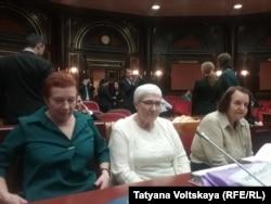 Елизавета Михайлова (крайняя справа) и другие заявительницы, обратившиеся в Конституционный суд. Фото: RFE/RL