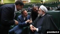 Президент Ирана беседует с членами парламента
