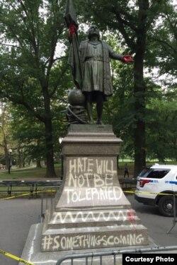 Памятник Колумбу в Центральном парке в Нью-Йорке, расписанный лозунгами