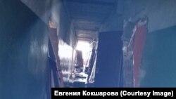 Поврежденный взрывами коридор дома в Каменке