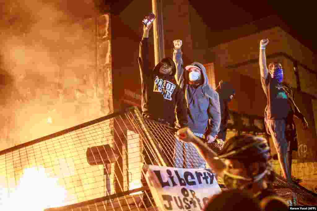 Протестующие сожгли полицейский участок, где работали задержанные (они сразу же после инцидента были уволены), и начали поджигать машины и магазины по всему городу. Полиция сначала получила от властей приказ не задерживать протестующих, поэтому те не встретили сопротивления и разгромили несколько десятков зданий