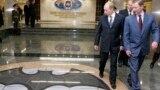 Президент России Владимир Путин и вице-премьер, министр обороны РФ Сергей Иванов (слева направо на первом плане) во время посещения новой штаб-квартиры Главного разведывательного управления (ГРУ)