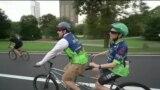 На велосипеде вслепую: зрячие велосипедисты катают незрячих по парку