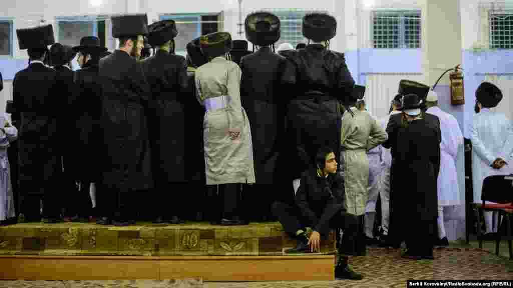 Шаббат(суббота) – это день, когда Тора предписывает иудеям воздерживаться от какого-либо труда.В этот день иудеи могут гулять, читать священные писания, общаться с друзьями и знакомыми