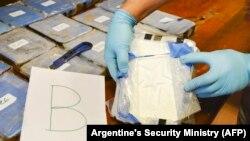 Фотография осмотра брикетов с кокаином, найденных в посольстве России. Фотография распространена Министерством безопасности Аргентины в феврале 2018 года, точная дата съемки неизвестна