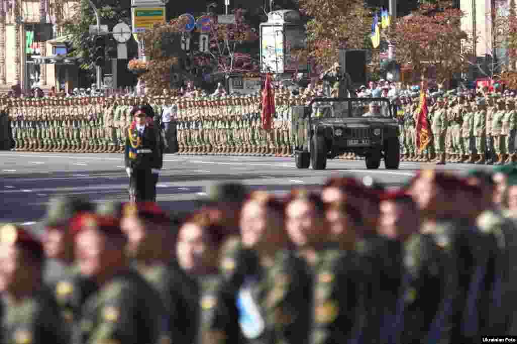 На параде военный оркестр исполнял марши на темы украинских народных песен