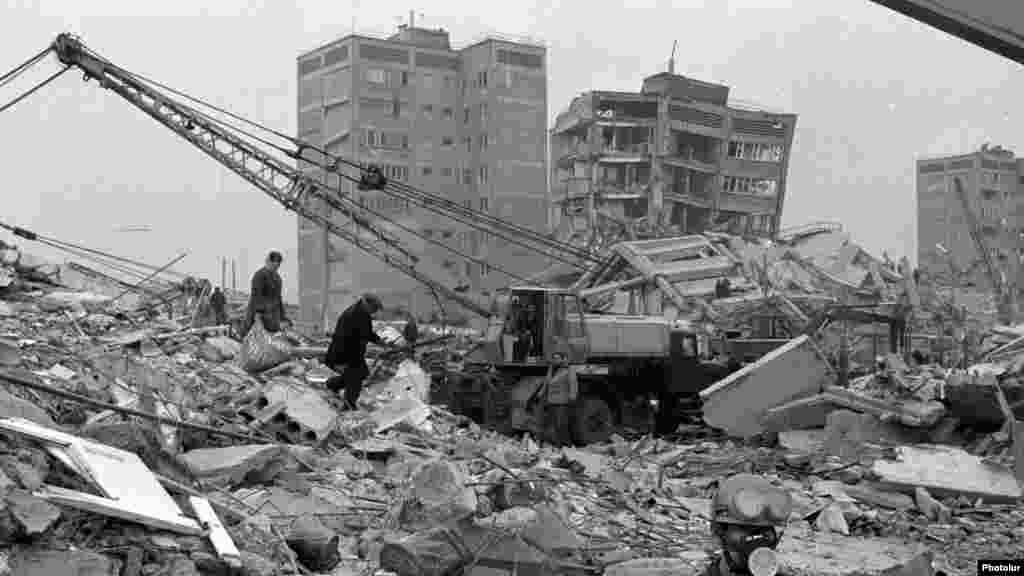 Декабрь 1988 года: землетрясение в Армении. Меньше чем за 20 секунд целые жилые кварталы городов Ленинакан, Кировокан и Спитак превратились в груды развалин. Тогда погибли свыше 30 тысяч человек, а еще больше остались без крова