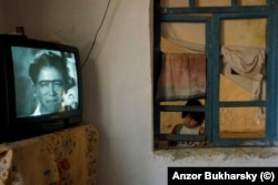Девочка смотрит телевизор. Деревня ромов вблизи Бухары -- одно из любимейших мест Анзора для съемок