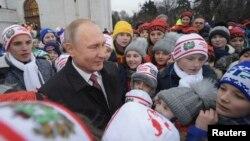 Президент России Владимир Путин общается с детьми, которые пришли на елку в Кремль, 26 декабря 2017 года