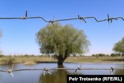 Колючая проволока на границе с Россией. Село Коптогай, Атырауская область, 4 мая 2021 года