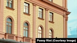Радужный флаг на здании ФСБ на Лубянке