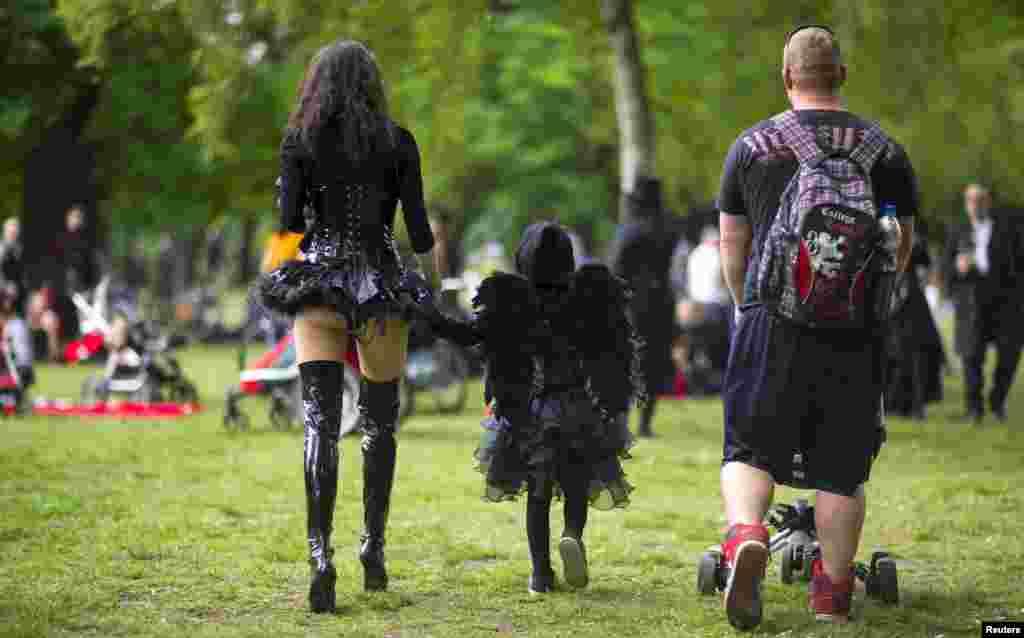 На время фестиваля Лейпциг превращается в «пристанище готов», внешний вид которых некоторых шокирует: белый грим, черные длинные волосы, жуткий макияж, невообразимые наряды и аксессуары