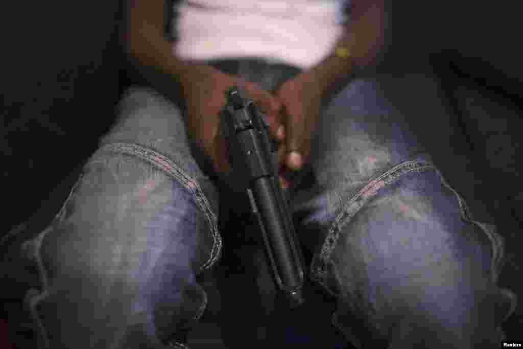 По подсчетам правительства Кении, в стране – около 600 тыс. единиц нелегального огнестрельного оружия. Жители трущоб часто вооружаются для самозащиты, нередко простые споры заканчиваются перестрелками