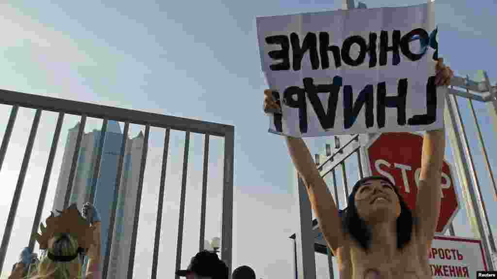 """Акция движения Femen у офиса российской компании """"Газпром"""" в Москве. Февраль 2012 года"""