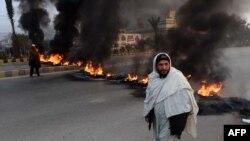 Уличные протесты в Пешаваре после нападения талибов на школу 16 декабря. Тогда погиб 151 человек, в том числе 142 школьника
