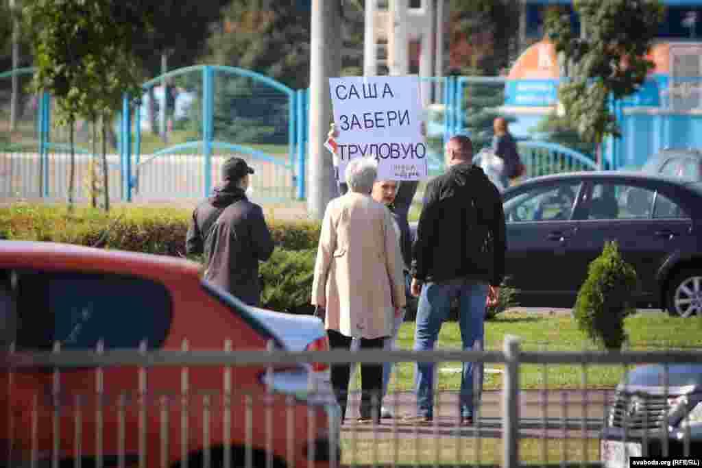 """Люди, вышедшие на одиночные пикеты возле Дворца независимости, были задержаны. Первая – женщина с плакатом """"Саша, забери трудовую. Отдел кадров"""""""