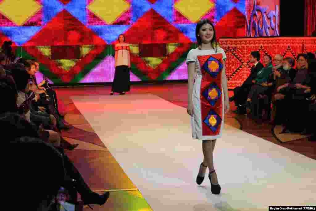 Платье молодого дизайнера Дариги Тайшыковой.