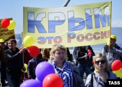 1 мая 2014-го года через мост Русский прошло шествие в поддержку аннексии Крыма. Теперь компания, строившая мост, безуспешно пытается получить в Крыму новые подряды