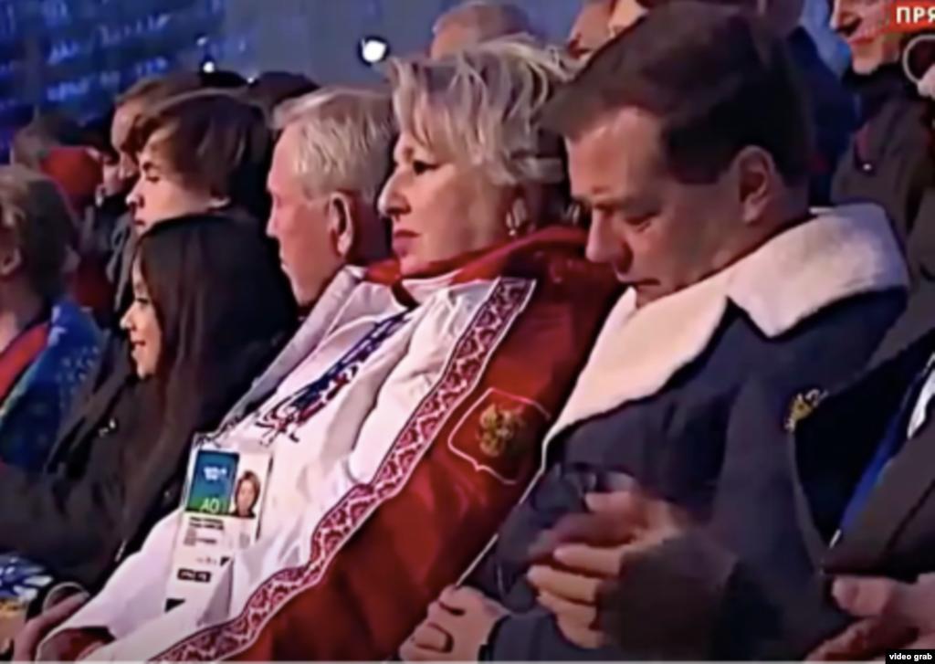 Российский премьер Дмитрий Медведев очень медленно моргает на церемонии открытия зимних Олимпийских игр в Сочи
